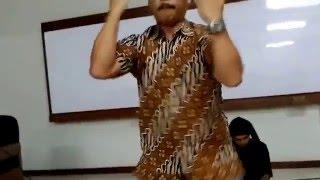 Kang Ira Indrawardana (penghayat Sunda Wiwitan)  peragakan Penca Silat di ECCR - FF UNPAR