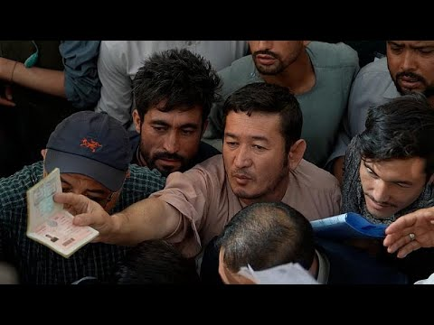 Εκατοντάδες άνθρωποι συνέρρευσαν μάταια στο γραφείο έκδοσης διαβατηρίων στην Καμπούλ…