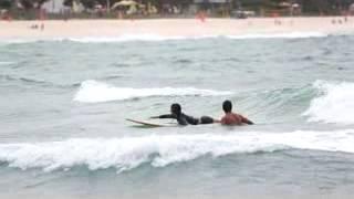 Carol Nakamura leva tombo em aula de surf