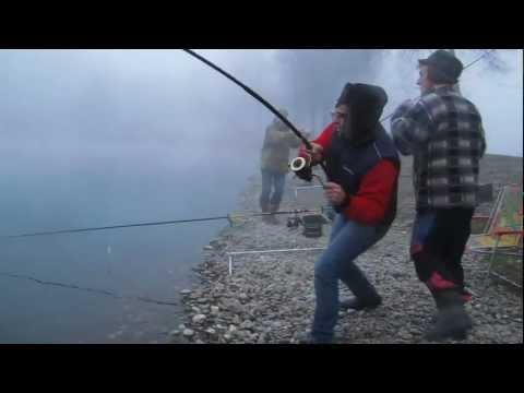 Il piccolo sgabello per pescare dalle mani