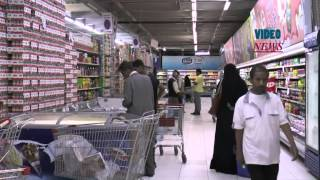 preview picture of video 'Yemeni people shopping to stock up food in Sanaa'
