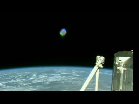 UFO  zweeft in een baan om de aarde, vastgelegd op camera door ISS