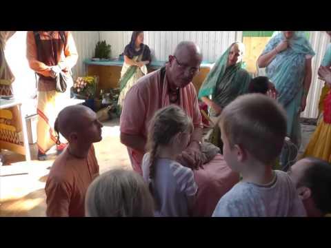 Indradyumna touching little girls