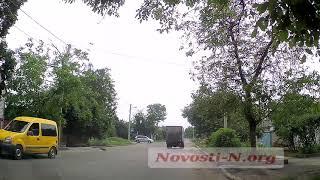 В Николаеве мопедист въехал в микроавтобус и очутился на асфальте