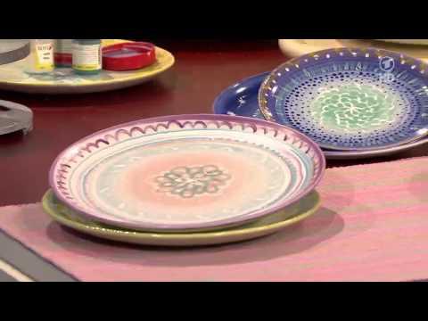 Bine Brändle töpfert und glasiert einfache Teller