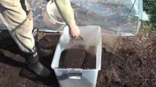 菜園作業/篩いとゴボウ植え床作り
