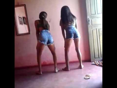 Duas novinhas lindas dançando funk .