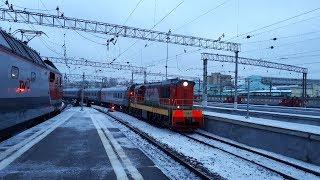 Тепловоз ЧМЭ3 выдаёт под посадку пассажирский поезд