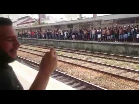 Torcida do Corinthians invade estação de trem e faz festa espetacular no dia do Dérbi