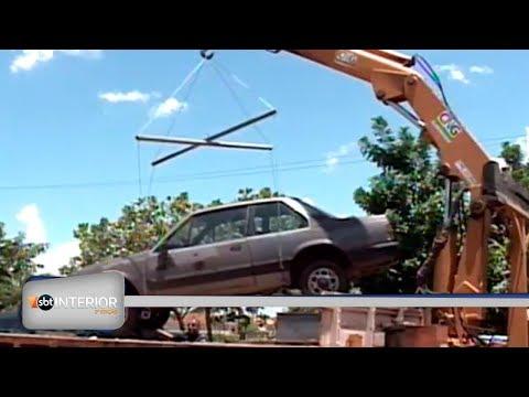 Carros abandonados são recolhidos em Birigui