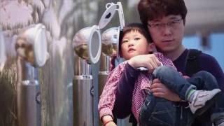 Standbild aus Messefilm: Vater mit Kind