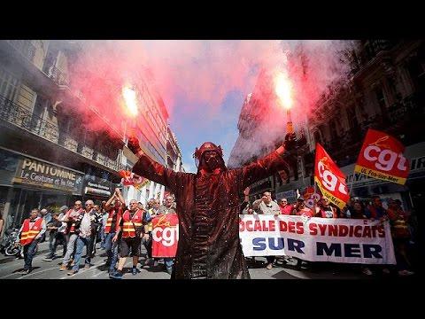 Γαλλία: Χιλιάδες στους δρόμους, αμετακίνητη η κυβέρνηση