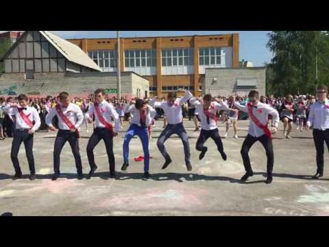 Курские выпускники устроили флешмоб на последнем звонке