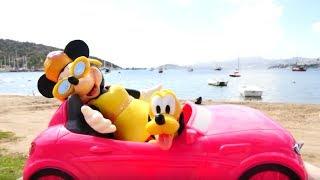 Минни и Плуто едут на пляж. Видео про игрушки.