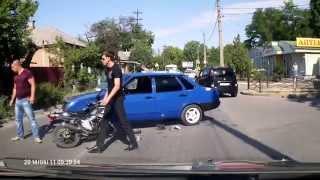 Смотреть онлайн Нелепая авария с участием мотоцикла