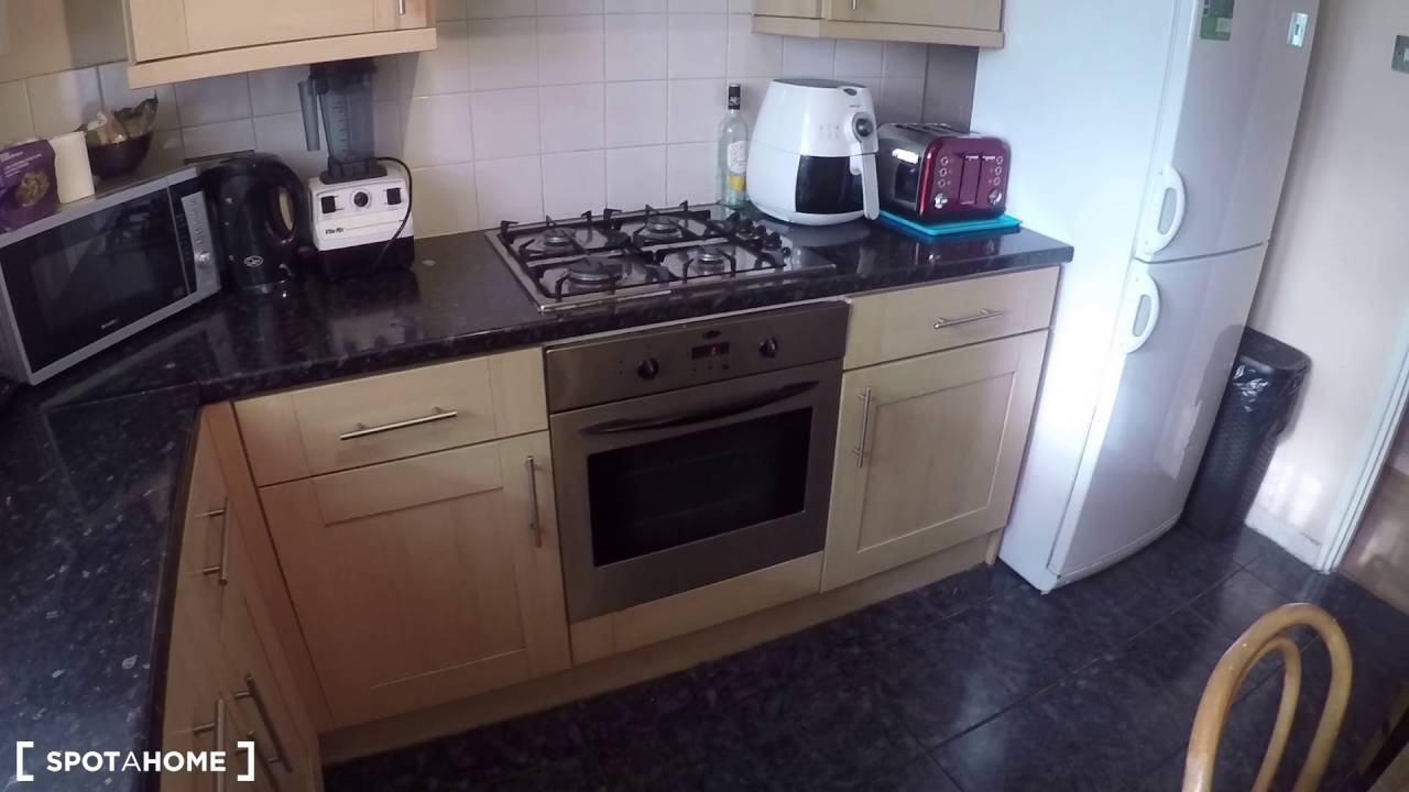Bright rooms to rent in well-equipped 5-bedroom flatshare in trendy Bethnal Green