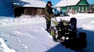 Работа полтавского навесного снегоуборщика к мотоблоку