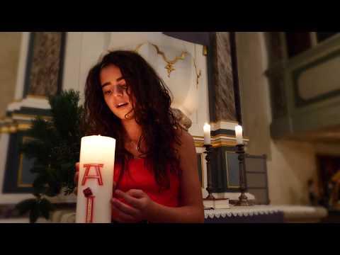 Hallelujah ist ein Weihnachtsgruß von Sissi an alle. Es ist eines von Sissis Lieblingslieder, welches sie schon seit langem einmal mit einem Musikvideo aufnehmen wollte. Sie sang es zur Diamantenen Hochzeit ihrer Großeltern und da es so gut in die Weihnachtszeit passt, wollten wir es euch noch vor dem Fest präsentieren. Die Aufnahmen entstanden in der Kirche in Weigmannsdorf.