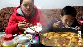 Sister Miao ate hot and sour beef hotpot ,she ate too