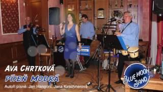 Video Ava Chrtková zpívá píseň Modrá