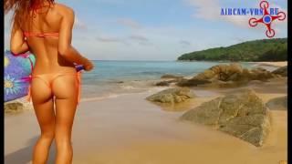 Аэросъемка красивая девушка на пляже. Съемка рекламных роликов