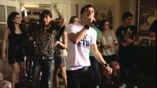 David chante une chanson pour Fred