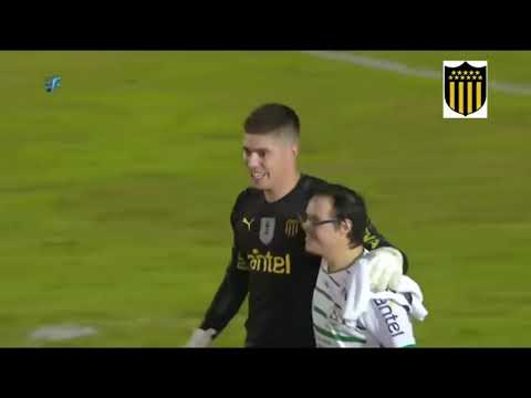 Watch video El gesto del golero de Peñarol con hincha de Plaza Colonia