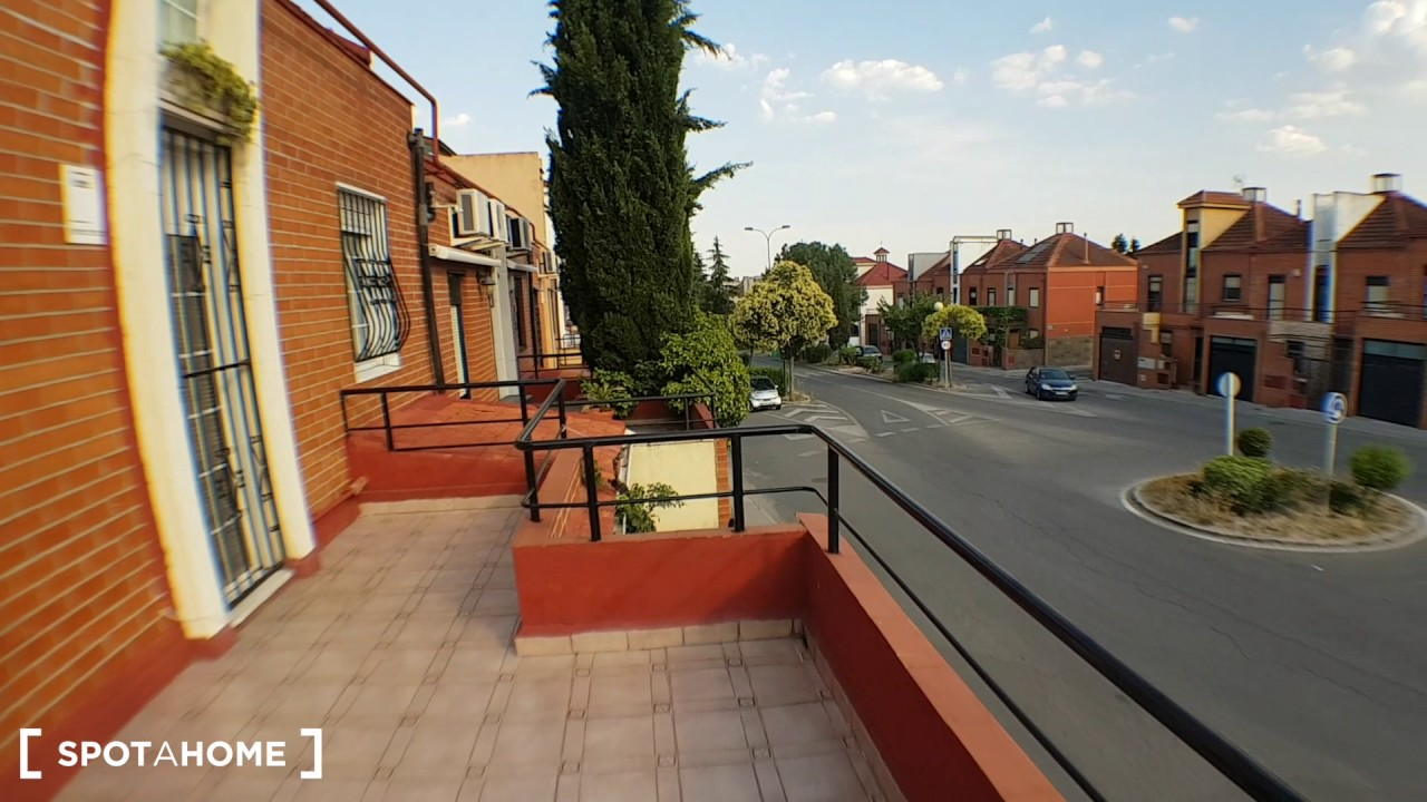 Rooms for rent in a 3-bedroom house with terrace in Getafe Sector 3