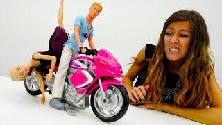 Ana y muñecas populares - Barbie tiene una cita con Ken.