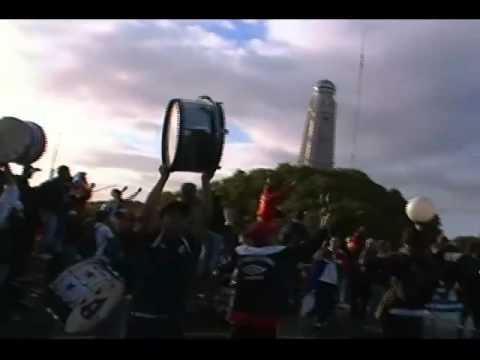 """""""Llegada a Buenos Aires de los hinchas de Nacional"""" Barra: La Banda del Parque • Club: Nacional"""