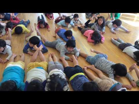 和光鶴川幼稚園2歳児親子教室「はらっぱ」月組とリズムで交流したよ。