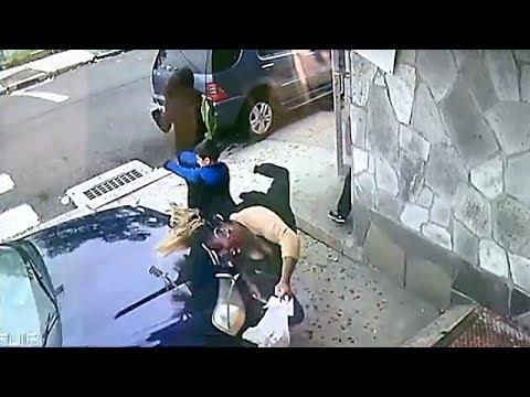 Автомобиль врезался в женщину с детьми на тротуаре в США