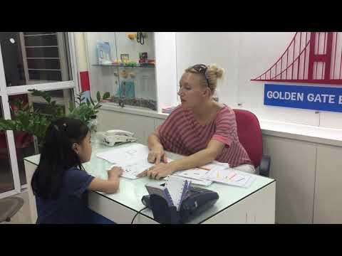 Khánh Đan nói chuyện cùng giáo viên bản ngữ