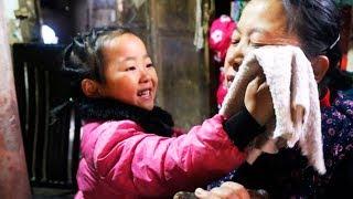 5-ти летняя девочка в одиночку заботится о двух бабушках, после того как мать её бросила