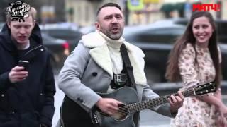 Шнур поет с футболистом на Невском проспекте