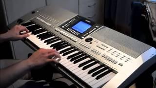 Kevin macht Musik mit Keyboard