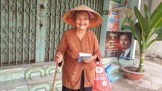 Bà ngoại 91 tuổi cực dễ thương bán vé số nuôi cháu ngoại chấn thương sọ não