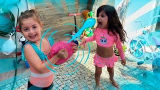 Brincando de balões de agua no parquinho da Tia Dani