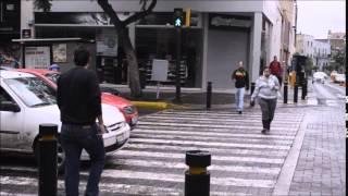 Pedestre desafia motorista que parou em cima da faixa