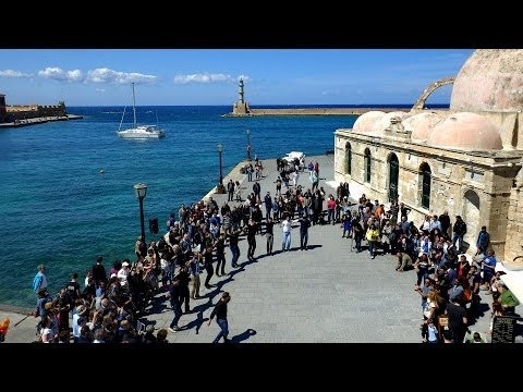 Αυθόρμητος χορός με κρητικά στο παλιό λιμάνι Χανίων