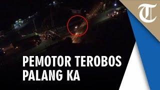 Video Detik-Detik Pengendara Motor Terobos Palang Kereta Api, Kereta Sudah di Depannya