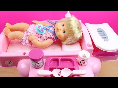 Cuna Cambiador para la Muñeca Bebé, Trona y Bañera | Clínica de Bebé Nenuco | La Bebé come papilla