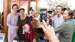 Nghệ sĩ Hoài Linh diện đồ bà ba, đi dép tổ ong đón khách đến cúng Tổ