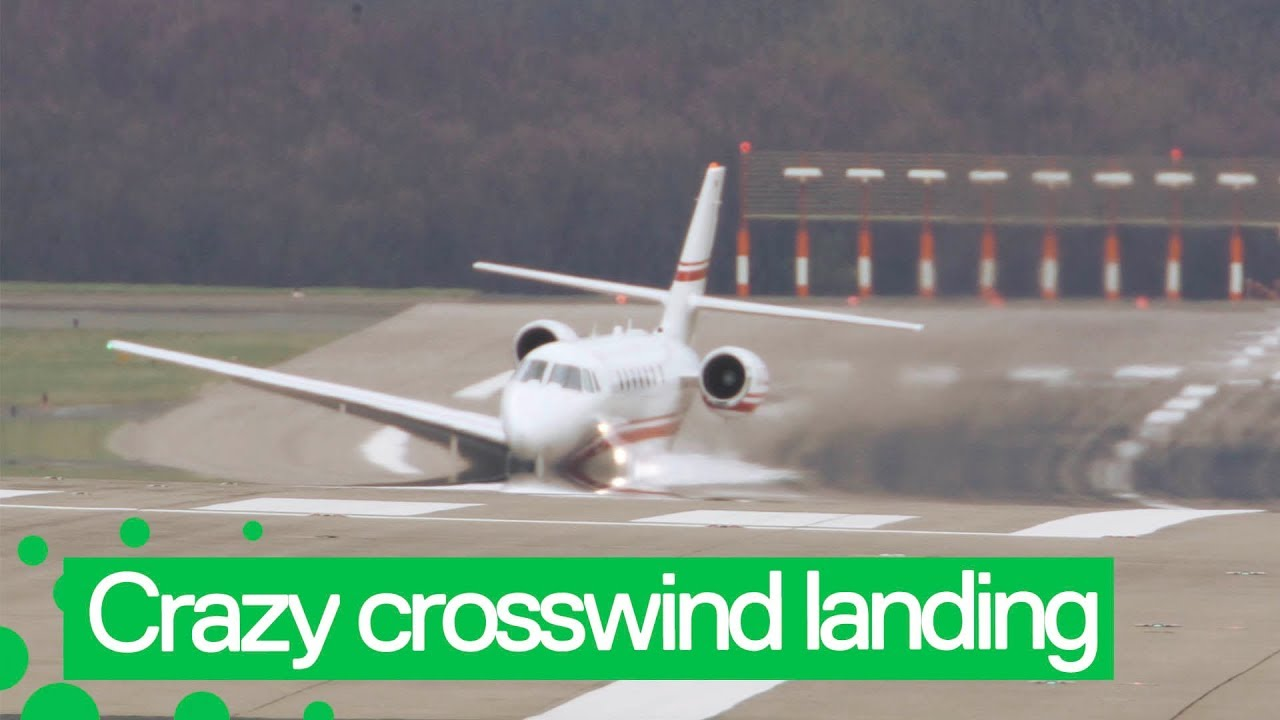 Оптическая иллюзия: Самолет при посадке погружается в асфальт