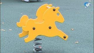В парке 30-летия октября завершены работы над созданием безопасного покрытия детской площадки