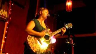"""Julia Nunes sings """"Balloons"""" LIVE at the Living Room on 10/10/09"""