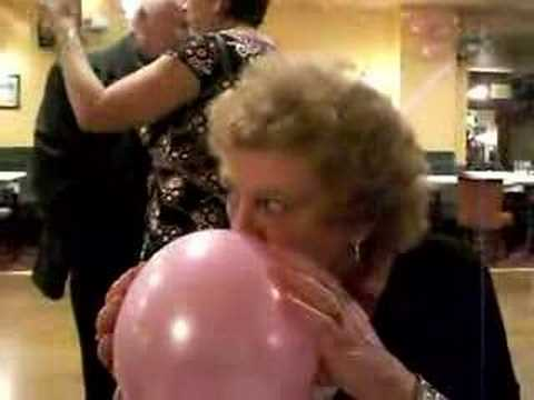 Sau khi xem chú chó cười vì hít khí helium, bà ấy đã thử và thành công