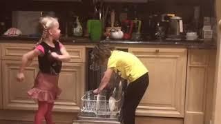 Гарри и Лиза Галкины помогают родителям по хозяйству