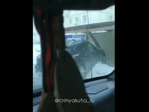 Видеофакт: В Якутске иномарка врезалась в пешеходный тротуар