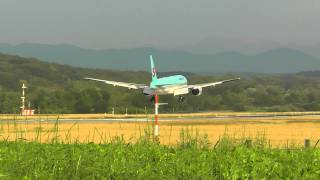 preview picture of video 'Korean Air Boeing 777-200 : Kloten ZRH Runway 14'